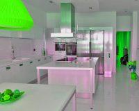 cocina blanca iluminada Sanjhes