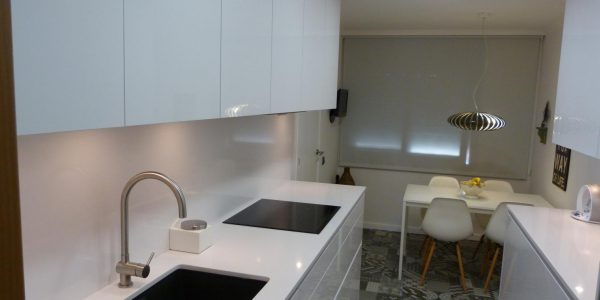 cocina blanca reluciente Sanjhes